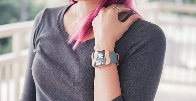 thiết kế fitbit ionic cam xanh